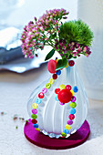Blumenvase, von aussen mit kleinen Knöpfen verziert