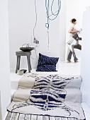 Blau-weißer Teppich mit Tierfellmotiv und Kissen