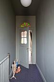 Nostalgische Zimmertür aus den 20er Jahren mit Türfenster und buntem Rundbogenfenster über dem Türrahmen