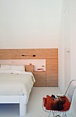 Designer Bettkopfteil mit integriertem Nachtkästchen unter Dachschräge eingebaut