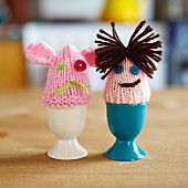 Eierbecher mit gestrickten Eierwärmern