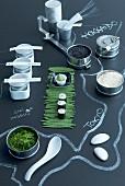 Umrisse von Japan mit Kreide auf schwarzen Tisch gemalt