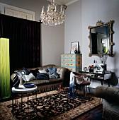 Elegante Polstergarnitur mit Samtbezug und klassischer Beistelltisch auf chinesischem Seidenteppich