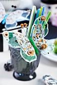Deko-Schmetterling mit Holzperlen verziert