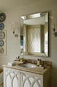 Mit Laubsägeornament verzierte Schranktüren im klassisch englischem Badezimmer