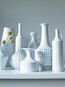 weiße Porzellanvasen-Sammlung im Retro Stil