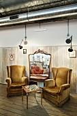 Gemütliche Sitzecke mit Schachbrett-Tisch und plüschigen Lesesesseln vor großem Wandspiegel