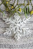 Glitzer-Schneeflocke und Mistelzweig (Weihnachtsdeko)