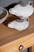 Kleine Öllampen aus Keramik auf Holztisch