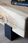 Detail eines Holz-Bodentisches, Vierkantholz auf Metallprofil