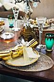 Weihnachtlich dekorierter Tisch mit Geschenkdeko auf Teller