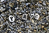 Beschriftete Steine mit Botschaft auf Kieselsteinboden