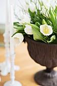 weiße Tulpen in Amphore