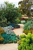 Tropischer Garten mit Kiesweg