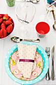 Pastell gemusterter Pappteller mit Serviette als Gedeck für Gartenparty