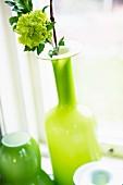 Gelb-grüne Glasvase mit Blume