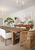 Esszimmer mit Südseeflair, Holztisch mit Polsterstühlen und Korbsessel, Königs-Protea als Deko