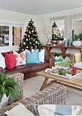 Weihnachten in der Südsee mit bunt und exotisch dekoriertem Wohnzimmer