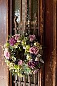 Türkranz aus Blüten und Sukkulenten in nostalgischem Stil
