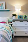 Kinderschlafzimmer mit Bett & weisser Kommode als Nachttisch
