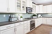 Küche mit weissen Küchenmöbeln