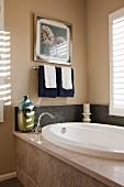 Ovale Badewanne in Badezimmerecke mit Lamellenfenster