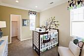 Babyschlafzimmer mit Gitterbett, Sessel & Wandmalerei