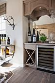 Hausbar in Durchreiche mit kleinem Weinregal, Weinkühlschrank & aufgehängten Gläsern