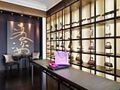 Handtaschen und Schuhe in moderner Auslage eines Modegeschäft