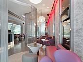 Moderner Lounge-Bereich eines Nachtclubs mit Fadenvorhängen & Ledersitzmöbeln