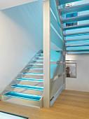 Blau beleuchteter Treppenaufgang in Wohnhaus