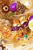 Weihnachtliche Deko in Goldtönen aus Blüten, Christbaumkugeln & Zapfen