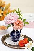 Rosenblüte & Pfingstrosenblüte in Vase auf Silbertablett