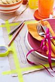 Tischset aus Packpapier beklebt mit Masking Tape & bemalt mit Stiften auf gedecktem Tisch