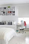 Schreibtisch und Bettsofa mit dekorativem Hängeregal als Einbaumöbel in weißem Jugendzimmer