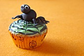 Halloween-Muffin mit Spinnendekoration