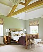 Doppelbett mit Kopfteil und Fussteil aus Holzgitter im ländlichen Schlafzimmer