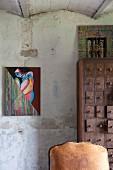 Modernes Frauenportrait neben Vintage Apotheker-Schubladenschrank in Künstlerhaus