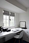 Arbeitsecke mit weisser Schalenstuhl im Klassikerstil vor eingebauter Arbeitsplatte am Fenster