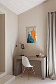 Modernes Bild über kleinem Schreibplatz mit Betontisch und Klassikerstuhl