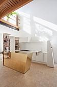 weiße Designerküche mit Messing Küchentheke und Galerie
