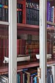 Vitrinenschrank mit antiquarischen Büchern