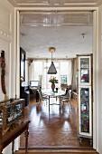 Blick durch offene Flügeltür in Wohnraum mit traditionellem Flair und moderner Essplatz