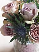 Blumenstrauß aus altrosa Rosen und Distelblüten