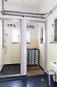 Duschkabine und Vintage Kommode im Badezimmer einer Loft-Wohnung