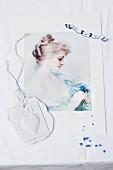 Bildnis von einer Frau, darauf frische Vergissmeinnicht-Stengel