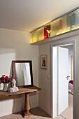 Selbstgebauter Mini Stauraum über der Tür, hinterleuchtetes Regalfach mit Schiebetüren