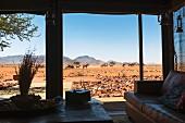 Wolwedans, NamibRand Privatreservat, Namibia, Afrika - Blick aus der Private Lodge zur Wasserstelle