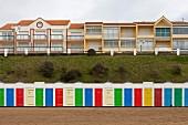 Reihe bunter Strandhäuschen in Tharon-Plage (Loire-Atlantique, Frankreich)