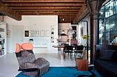 Sessel Wink Lounge Chair von Toshiyuki Kita, in Loungebereich, dahinter Essplatz in einer Loftwohnung